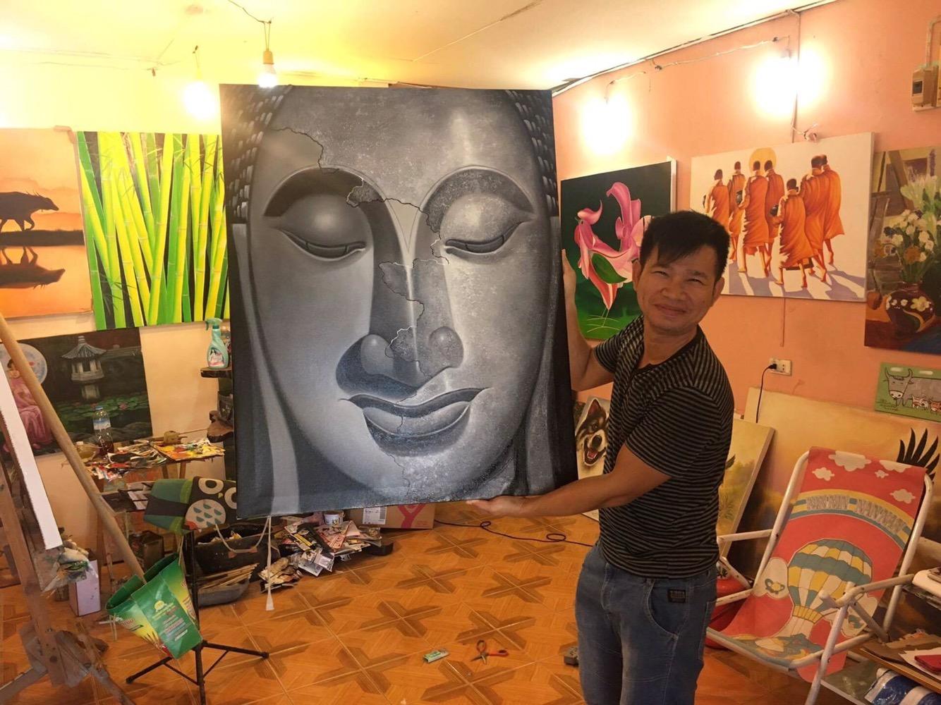 Toms art ligger i Kamala, Phuket.