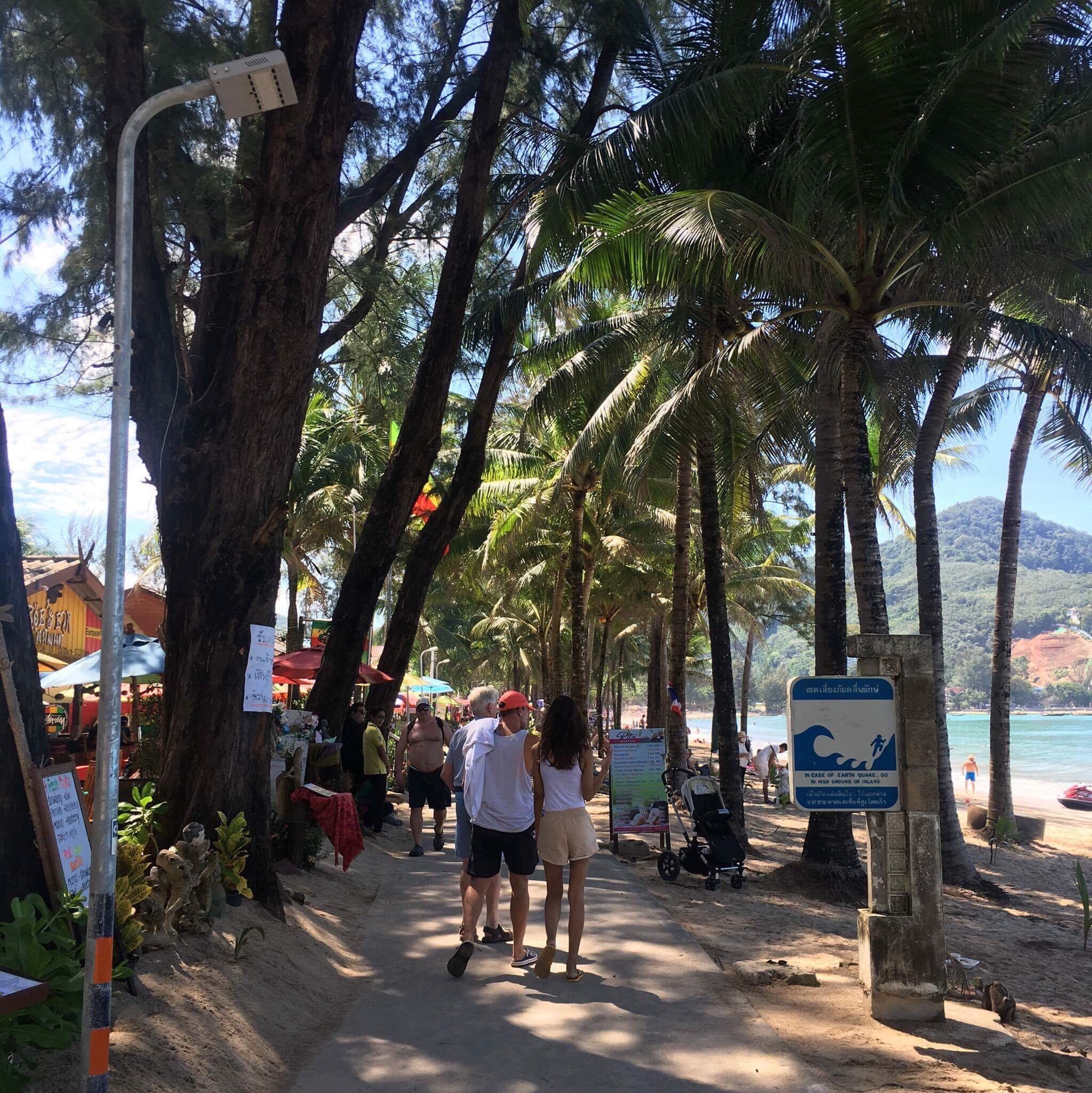 Kamala Beach har en bra strandpromenad.