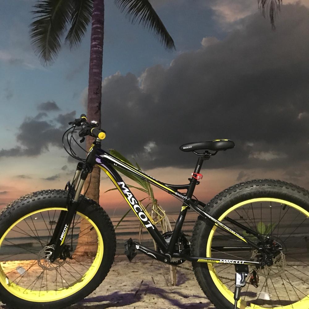 Vi brukar cykla ner till Kamala Beach.